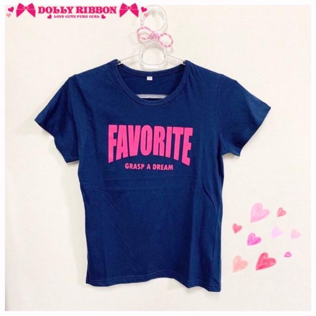 . 大変お待たせいたしました💖💙 21年夏物のTシャツです🥰  ガーリーなお洋服が多いイメージの ドーリーリボンですが、 ガーリーなお洋服以外にも かっこ良くてクールなお子さまにも 選んでいただけるようなお洋服も 制作しております❤︎  今回はそんなTシャツをご紹介いたします🎵  明るめなピンク色のビッグロゴをあしらった まさに万能Tシャツです★  今回合わせていただいたデニムパンツにぴったりです! もちろん、ロンスカやワイドパンツ等 何にでも合いますので ぜひ色んなコーディネートを楽しんでください✨  モニターモデルさま ♡ @aimama2525 ♡ さま  販売店舗はプロフィールからHPをチェックしてください✔  🎀 𝔻𝕠𝕝𝕝𝕪 ℝ𝕚𝕓𝕓𝕠𝕟 🎀